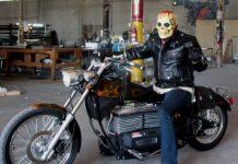 Motociclista scheletro pronto per halloween