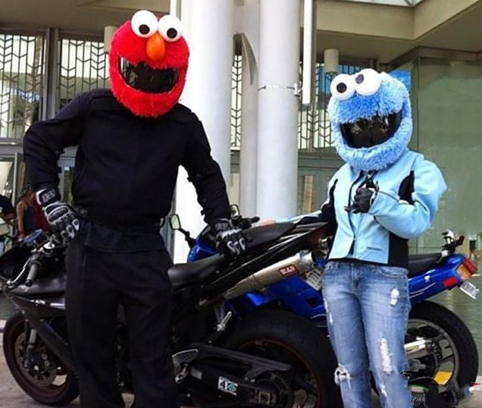Motociclisti con caschi da peluche