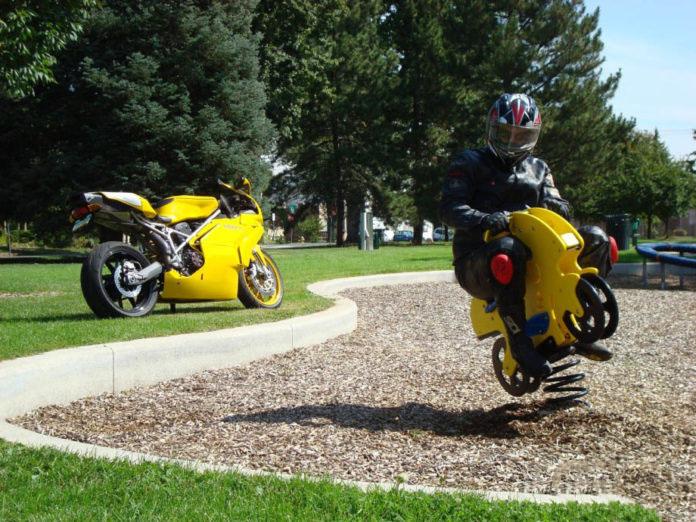 Il motociclista è solo un'adulto che vuole divertirsi come da bambino.