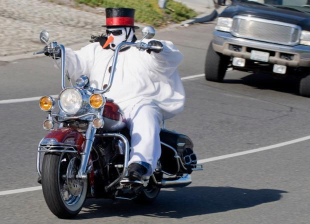 In moto con il pupazzo di neve