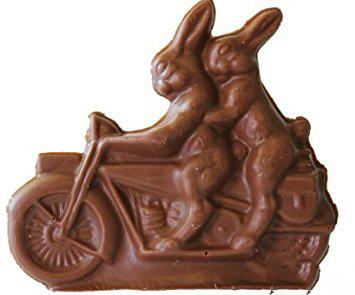 coniglio pasquale di cioccolata in moto