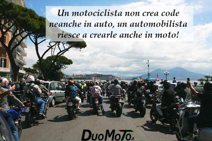 Frasi Divertenti - Un motociclista non crea code neanche in auto